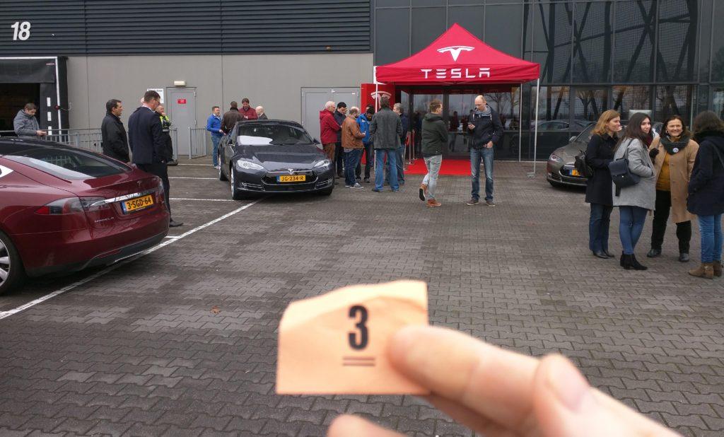 Tesla Model 3 wachtrij met getrokken nr 3